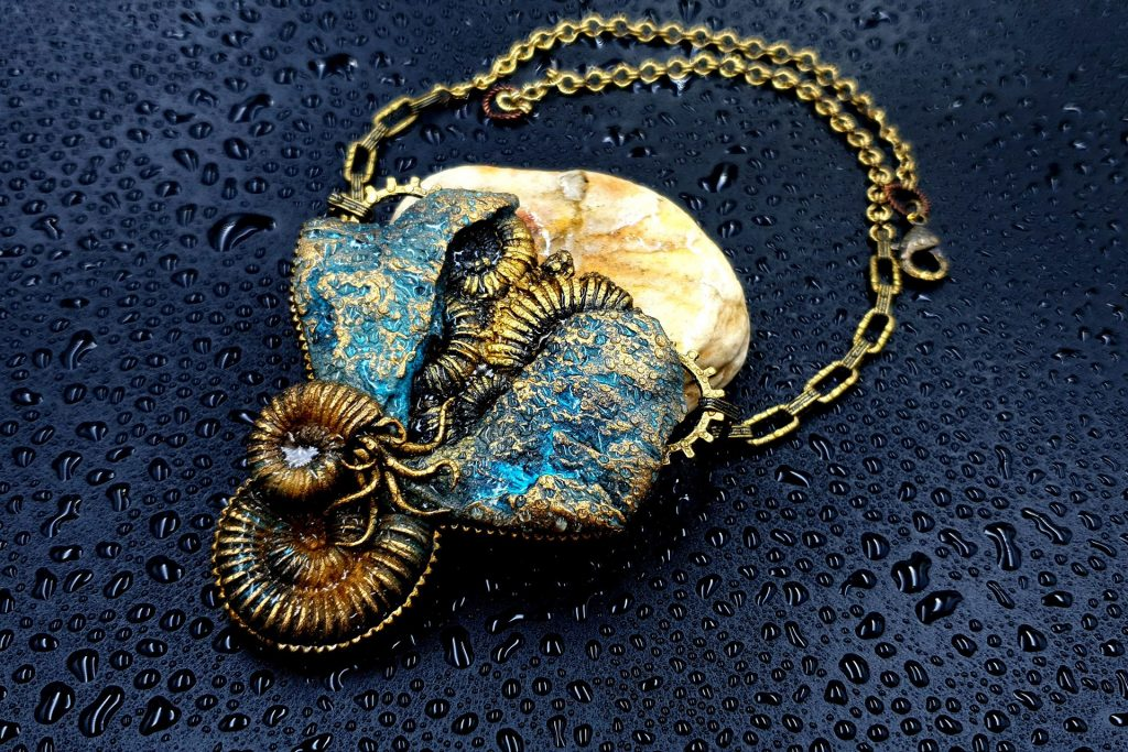 """Free Tutorial: Necklace """"Fossilized Treasures"""" with Faux Ammonites 10"""