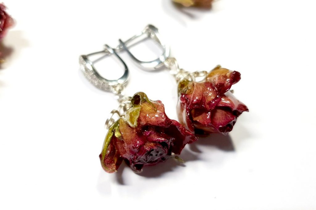 Free Tutorial: Earrings - Frozen Roses in UV Resin 2