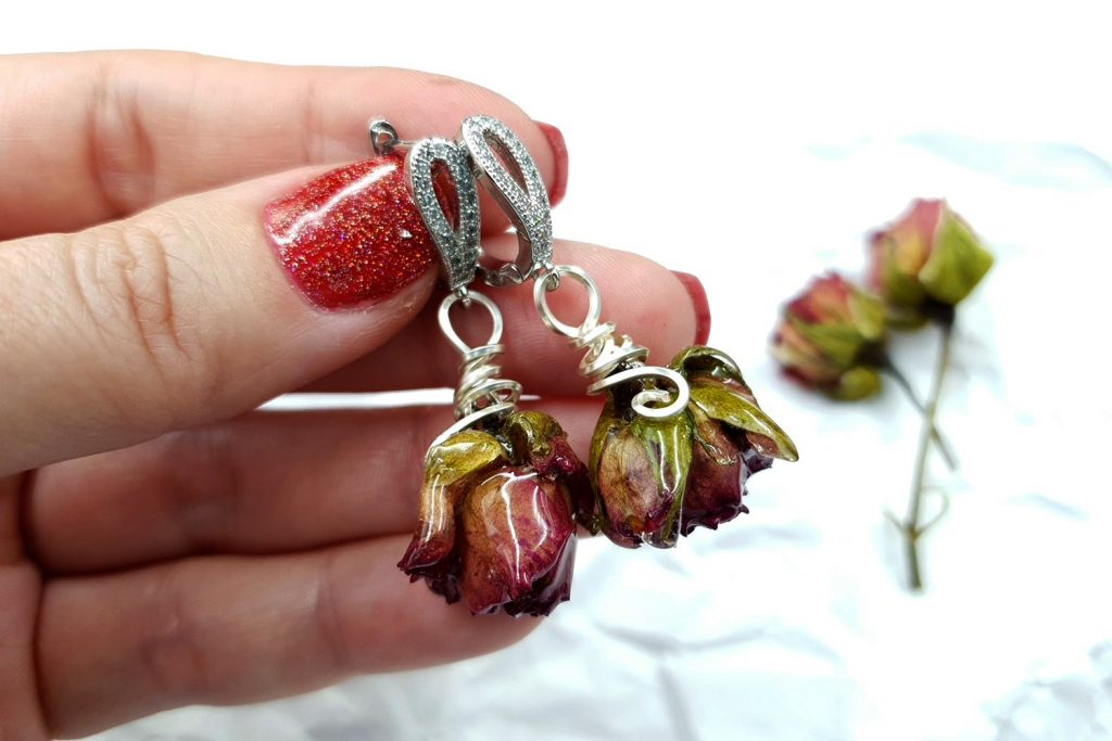 Free Tutorial: Earrings - Frozen Roses in UV Resin 3