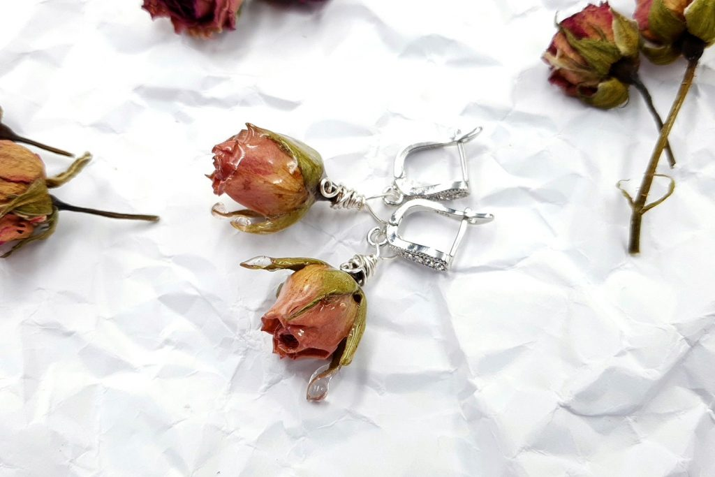 Free Tutorial: Earrings - Frozen Roses in UV Resin 4