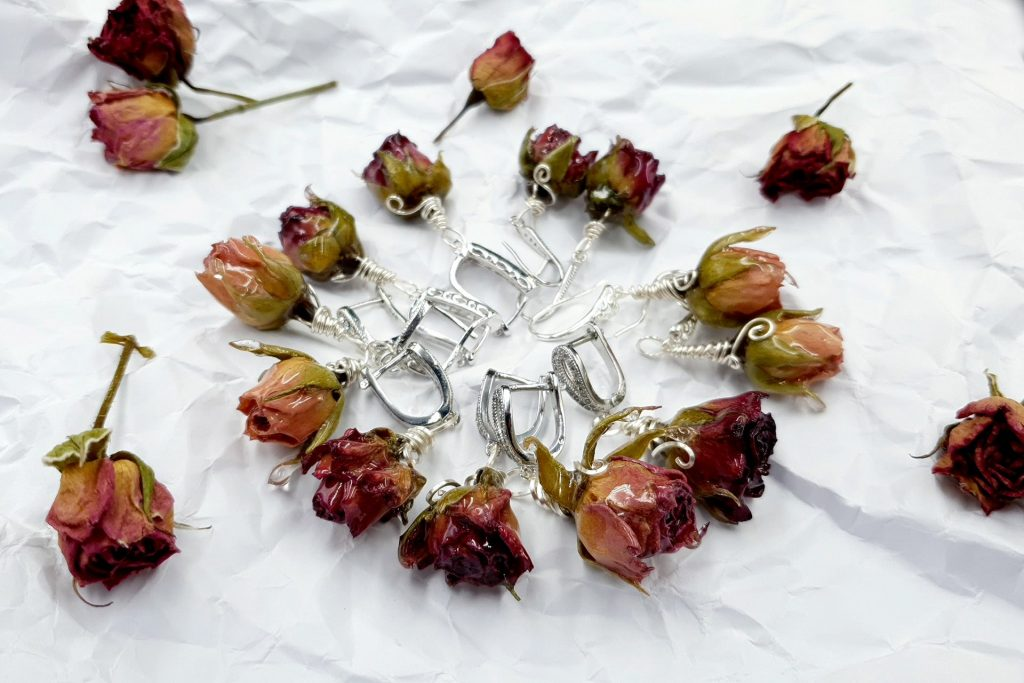 Free Tutorial: Earrings - Frozen Roses in UV Resin 8